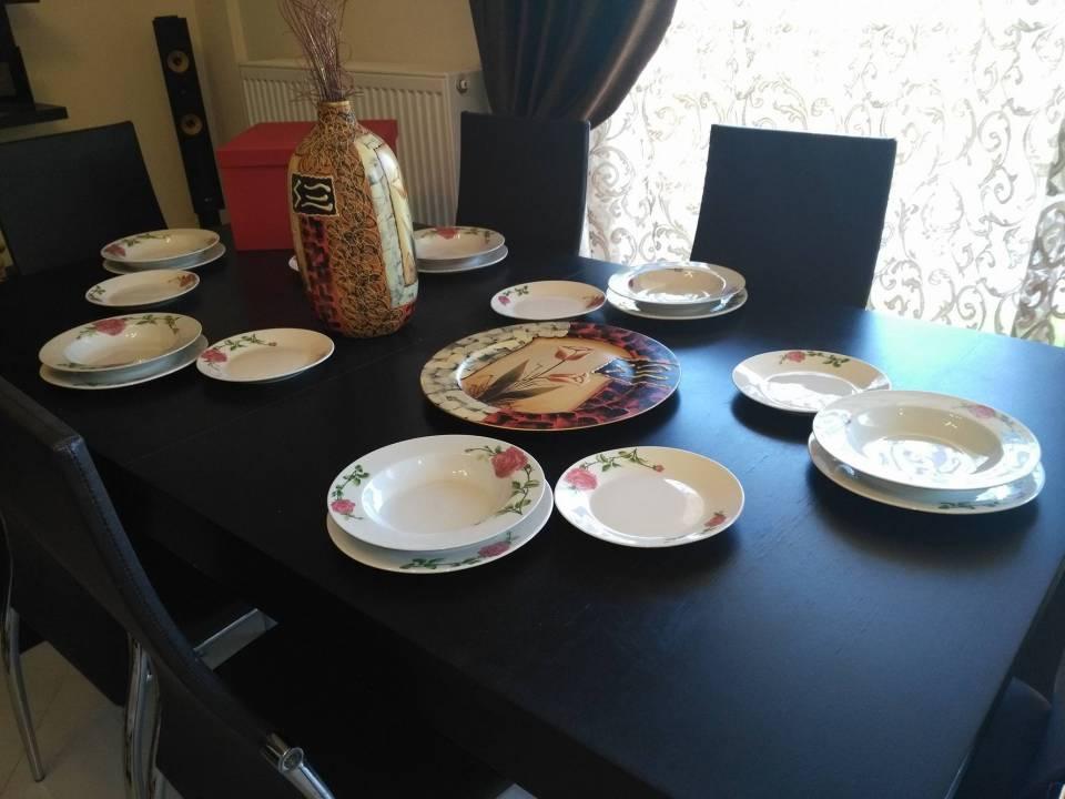 Ένα υπέροχο σερβίτσιο πιάτων αγγλικού στυλ στρώθηκε πάνω στο τραπέζι του νικητή Christodoulos Agathos